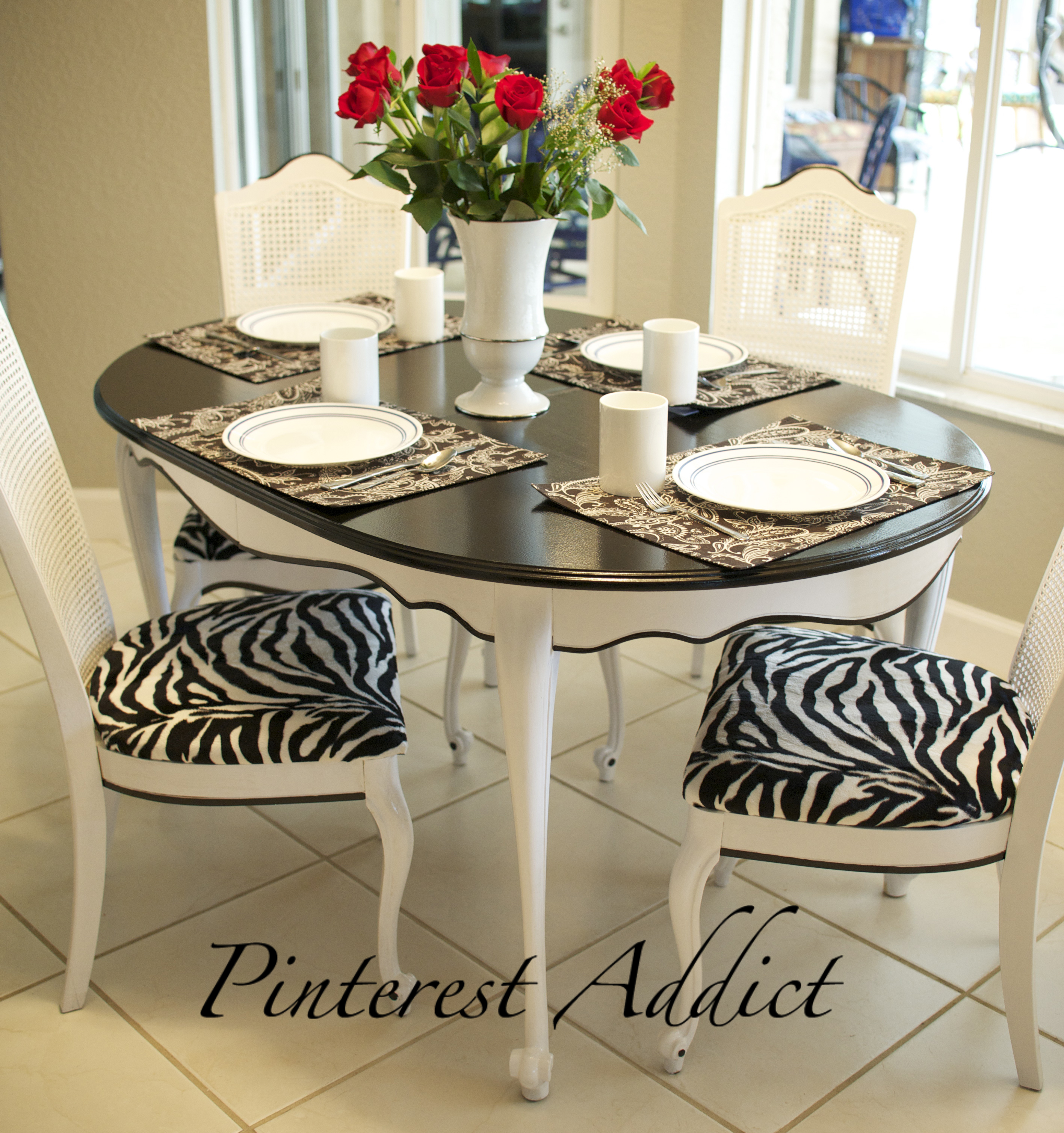 Traditional round dining table and animal print rugs ideas for Css table zebra design